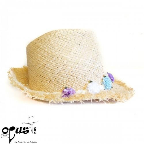 Palarie de plaja cu flori albe, bleu si mov